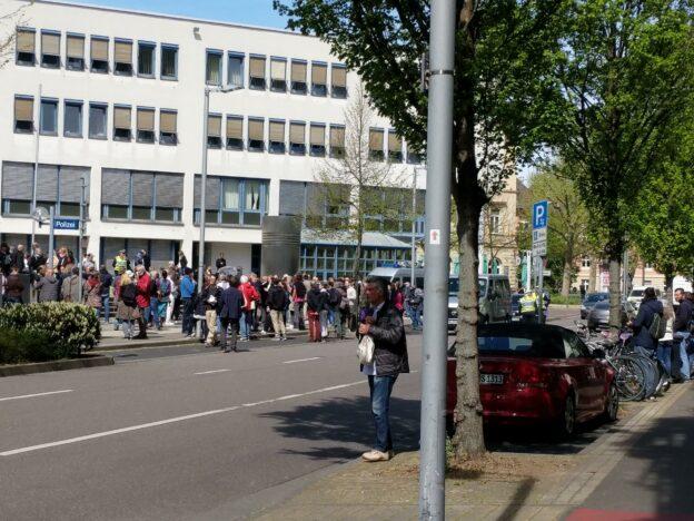 Rechte Querfront feiert Corona-Party vor der Polizei in Heidelberg