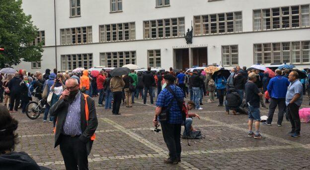 Corona-Kundgebung in Heidelberg mit Reichsflaggen, Judenstern, jeder Menge Nazis und antifaschistischem Gegenprotest